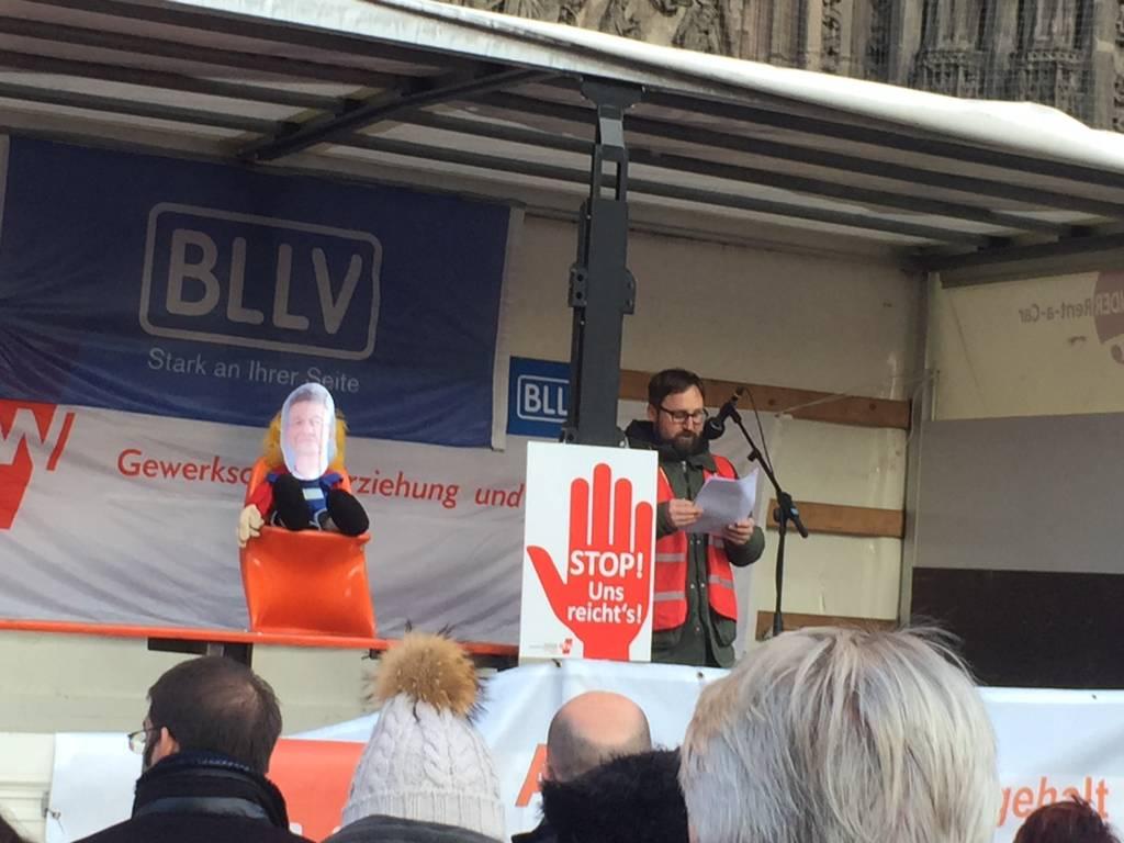 Florian Kohl redet auf der Kundgebung in Nürnberg zum Piazolo-Paket