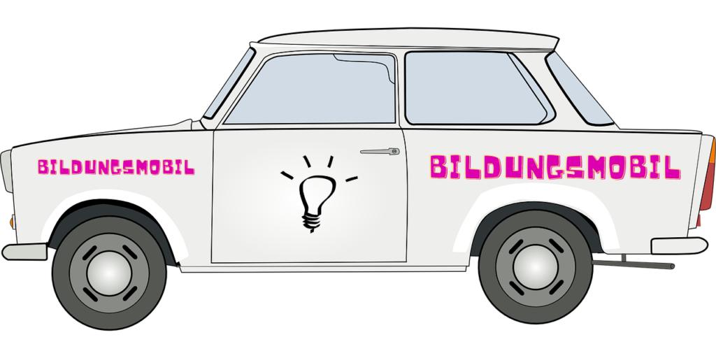 Bild eines Trabants mit der Aufschrift Bildungsmobil